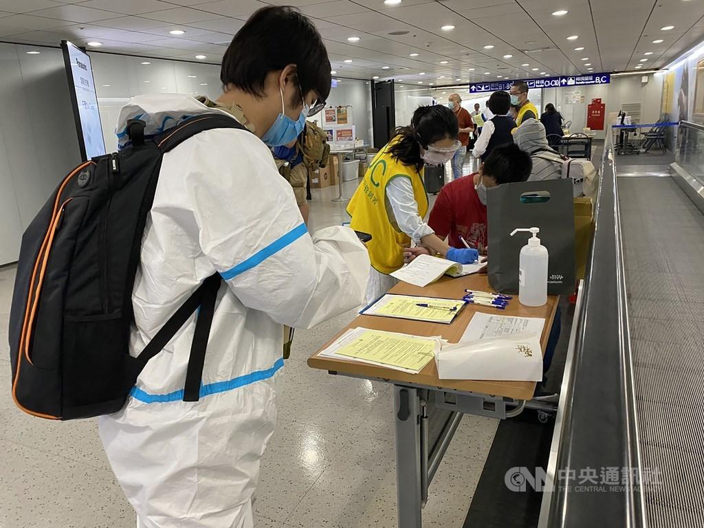 中央流行疫情指揮中心宣布,台灣1日新增7例武漢肺炎,其中1例感染源待釐清。圖為旅客在桃園機場填寫入境檢疫表。(中央社檔案照片)