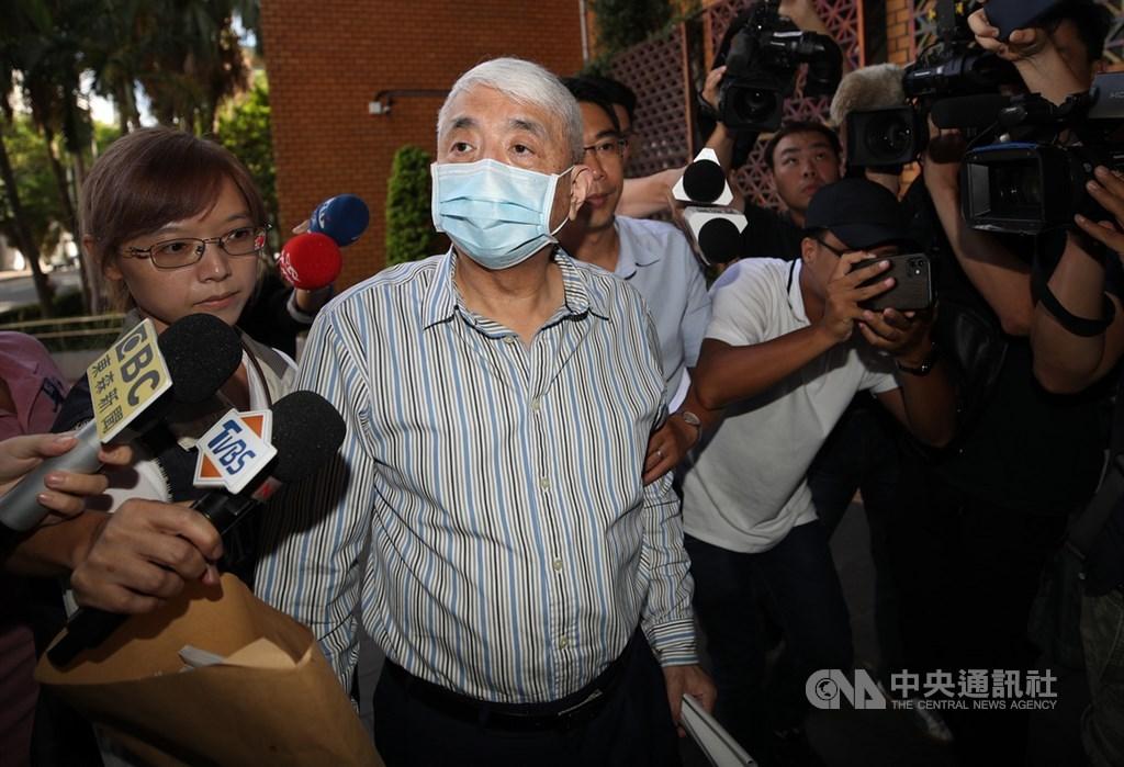 台北地檢署偵辦立委涉收賄案,前太流公司負責人李恆隆(中)1日上午到北檢複訊,面對媒體追問,他表示自己是被害人,不需行賄。中央社記者張新偉攝 109年8月1日