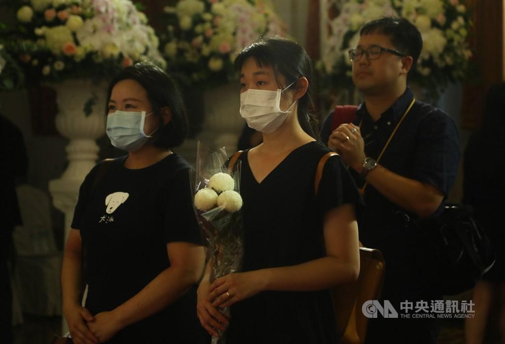 前總統李登輝辭世,為讓國人追思緬懷,總統府在台北賓館設置追思會場,民眾到場獻花致意。中央社記者王騰毅攝 109年8月1日