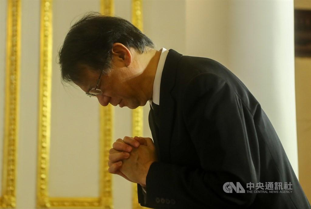 前總統李登輝辭世,日本台灣交流協會台北事務所代表泉裕泰1日前往台北賓館追思會場拱手鞠躬致意。中央社記者王騰毅攝 109年8月1日