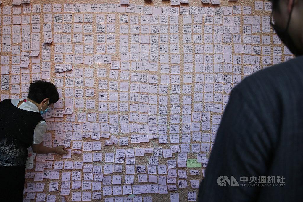 不少民眾1日前往位在台北賓館的前總統李登輝追思會場,並在追思牆上貼上紀念之語,場面肅穆。中央社記者游凱翔攝 109年8月1日