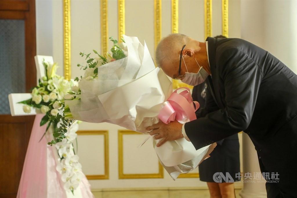 前總統李登輝辭世,前副總統吳敦義1日上午前往台北賓館獻花致意。中央社記者王騰毅攝 109年8月1日