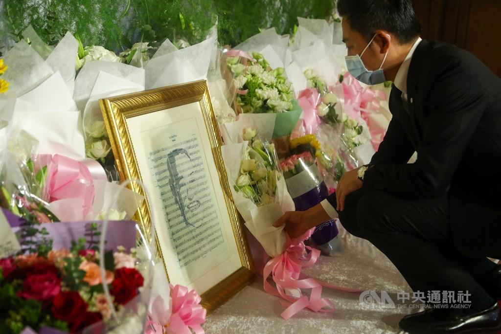 前總統李登輝辭世,新竹市長林智堅1日到台北賓館追思會場獻花,表達哀悼之意。中央社記者王騰毅攝 109年8月1日