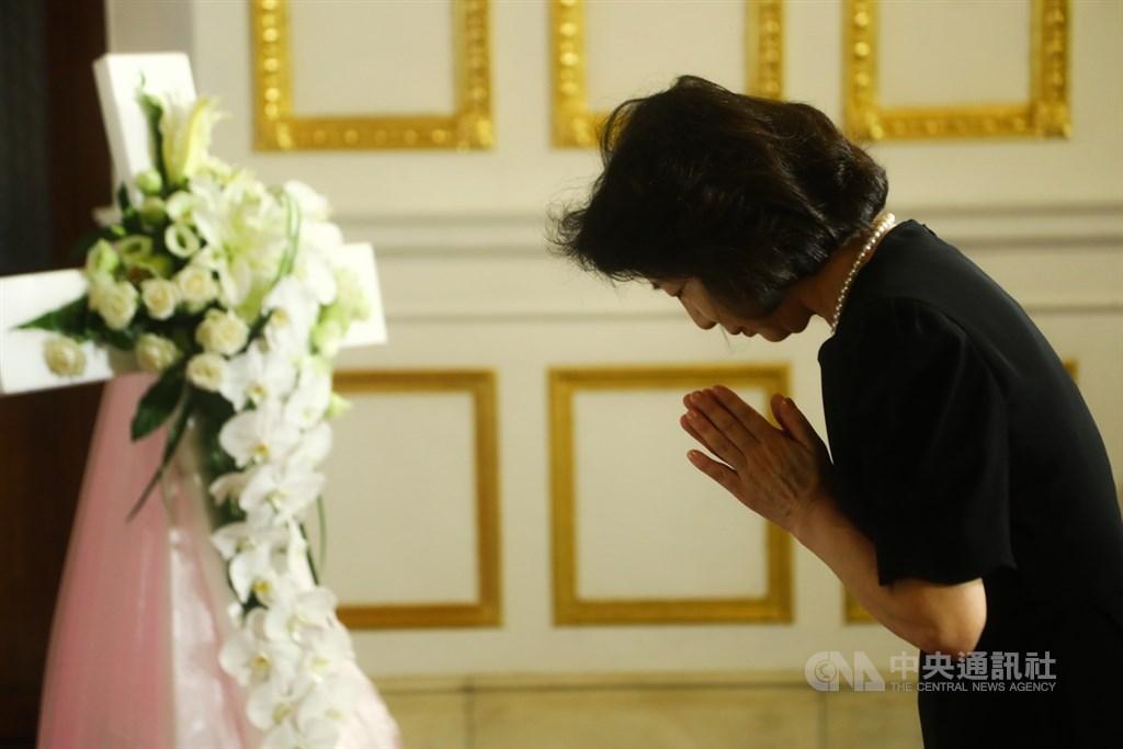 前總統李登輝辭世,為讓國人追思緬懷,總統府在台北賓館設置追思會場,不少民眾1日上午就前往會場悼念李登輝。中央社記者王騰毅攝 109年8月1日