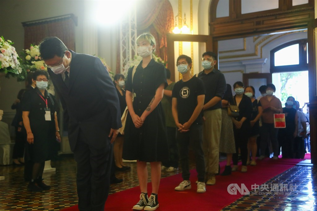 前總統李登輝辭世,為讓國人追思緬懷,總統府在台北賓館設置追思會場供民眾悼念,一早就有不少民眾到場致意。中央社記者王騰毅攝 109年8月1日