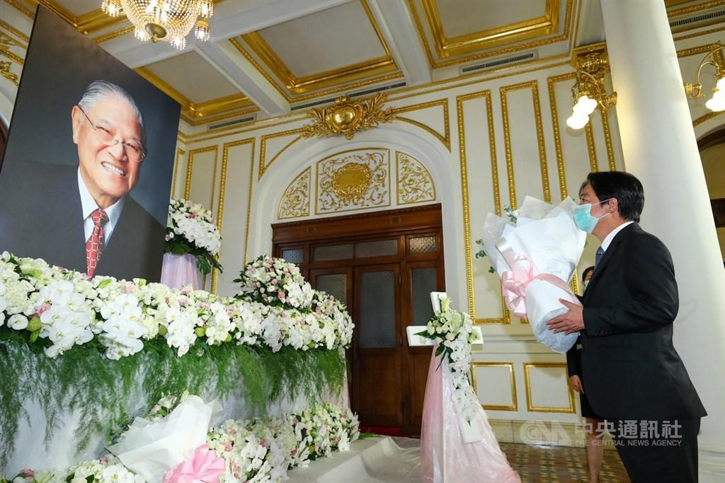 前總統李登輝辭世,為讓國人追思緬懷,總統府在台北賓館設置追思會場供民眾悼念,副總統賴清德(右)1日上午前往會場獻花致意。中央社記者王騰毅攝 109年8月1日
