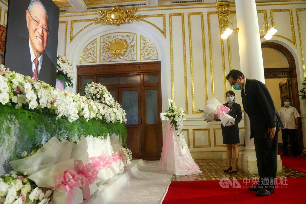 前總統李登輝辭世,前總統馬英九(前右)1日上午前往台北賓館致意。中央社記者王騰毅攝 109年8月1日