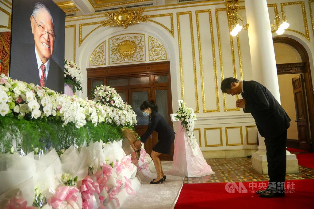 前總統李登輝辭世,為讓國人追思緬懷,總統府在台北賓館設置追思會場,日本台灣交流協會台北事務所代表泉裕泰(右)1日到會場致意。中央社記者王騰毅攝 109年8月1日