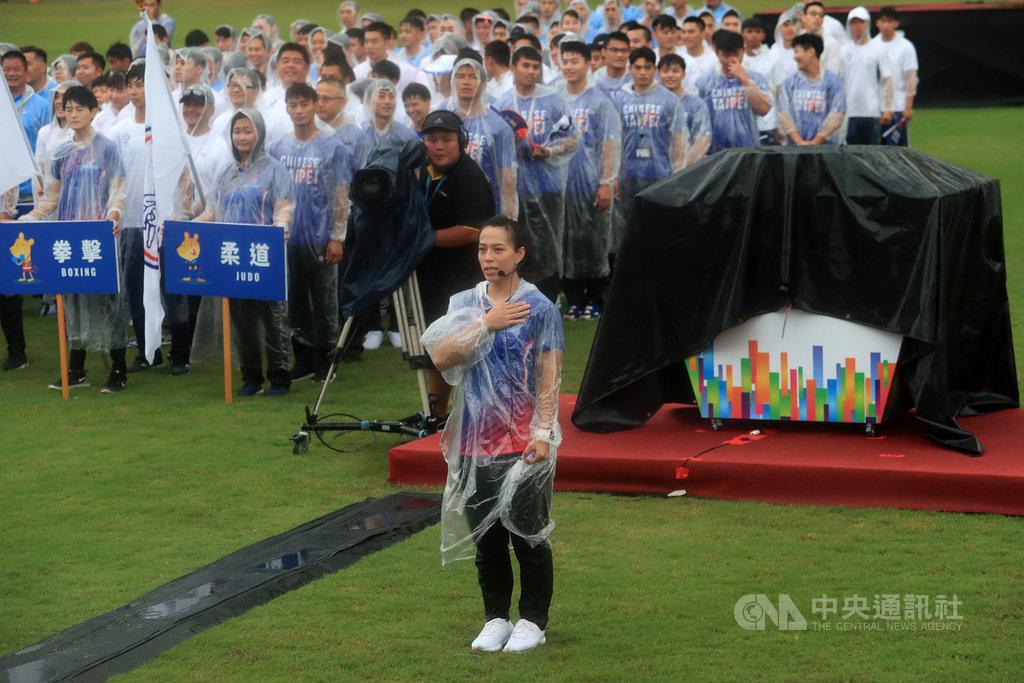 模擬東京奧運對抗賽1日下午在高雄舉行開幕式,由「舉重女神」郭婞淳(前)擔任運動員代表,在雨中完成宣誓。中央社記者吳家昇攝 109年8月1日