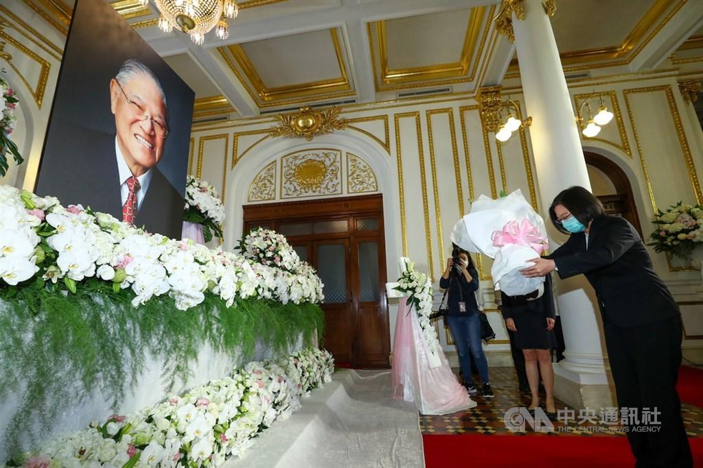 前總統李登輝辭世,總統府在台北賓館設置追思會場供民眾悼念,總統蔡英文(前右)1日上午到場獻花致意。中央社記者王騰毅攝 109年8月1日