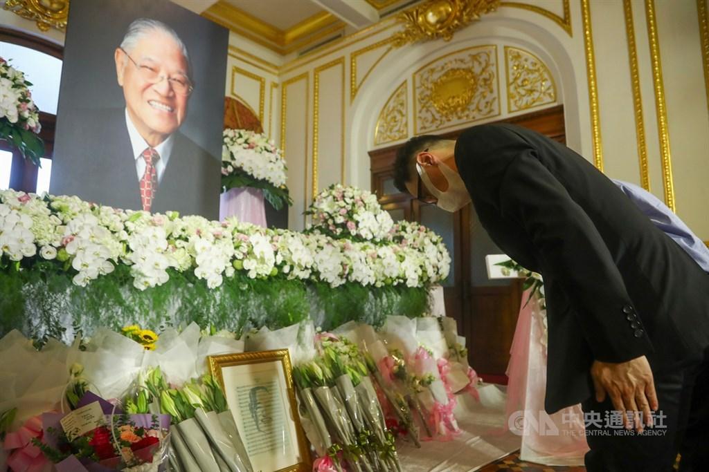 前總統李登輝辭世,總統府在台北賓館設置緬懷追思會場,不少民眾1日到場獻花、鞠躬致意。中央社記者王騰毅攝 109年8月1日