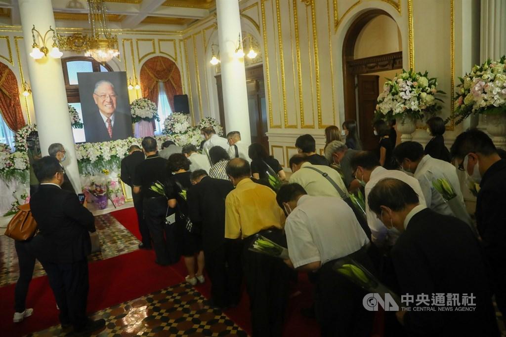 前總統李登輝辭世,為讓國人追思緬懷,總統府在台北賓館設置追思會場,民眾1日依序排隊入場獻花致意。中央社記者王騰毅攝 109年8月1日