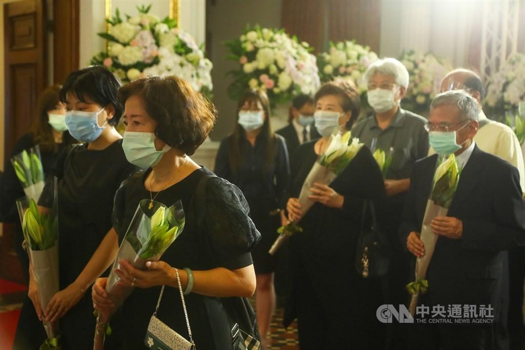 前總統李登輝辭世,總統府在台北賓館設置追思會場,民眾1日帶著鮮花到場致哀。中央社記者王騰毅攝 109年8月1日