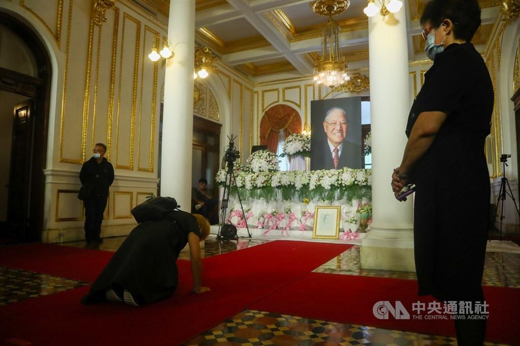 前總統李登輝辭世,為讓國人追思緬懷,總統府在台北賓館設置追思會場,民眾1日到場跪拜致意。中央社記者王騰毅攝 109年8月1日