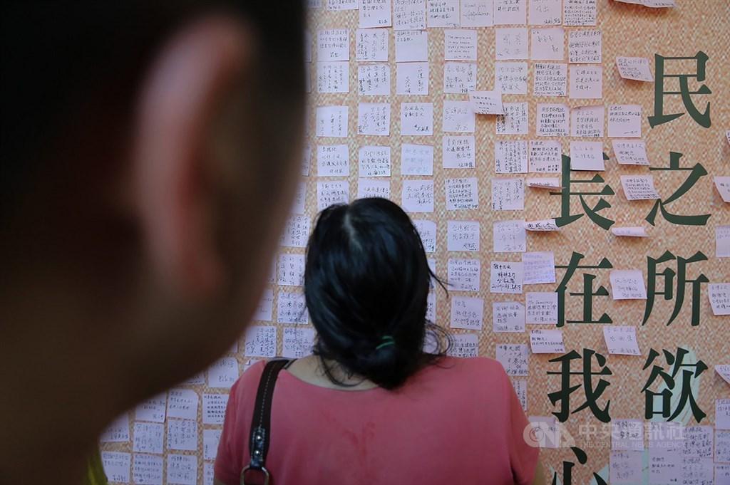 民眾1日前往位在台北賓館的前總統李登輝追思會場,追思牆上貼滿民眾寫的緬懷條紙,不捨溢於言表。中央社記者游凱翔攝 109年8月1日
