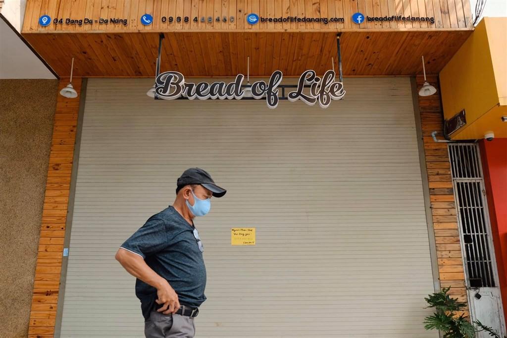 全球武漢肺炎疫情不容樂觀,被譽為防疫模範生的越南7月31日出現首起染疫死亡病例,與峴港有關的本土疫情也持續向外擴散。圖為峴港民眾戴口罩防疫。(圖取自facebook.com/visitdanang)
