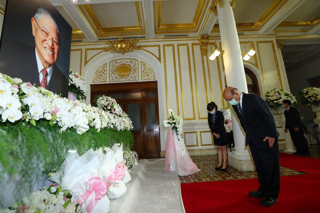 前總統李登輝位於台北賓館的追思會場1日上午10時開放,蘇貞昌前往追思。(中央社)