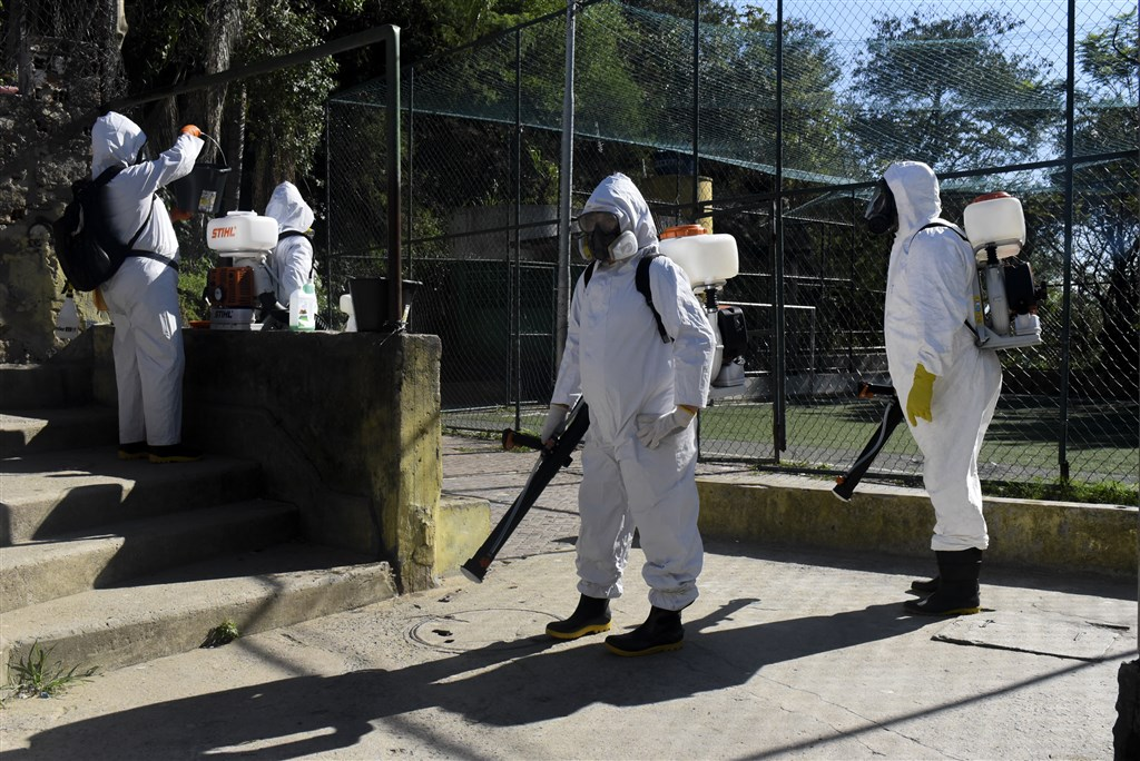 巴西武漢肺炎新增確診上星期又開始回升,主因包括疾病向內地蔓延,以及多州疫情惡化。圖為衛生人員在里約熱內盧進行消毒。(安納杜魯新聞社)
