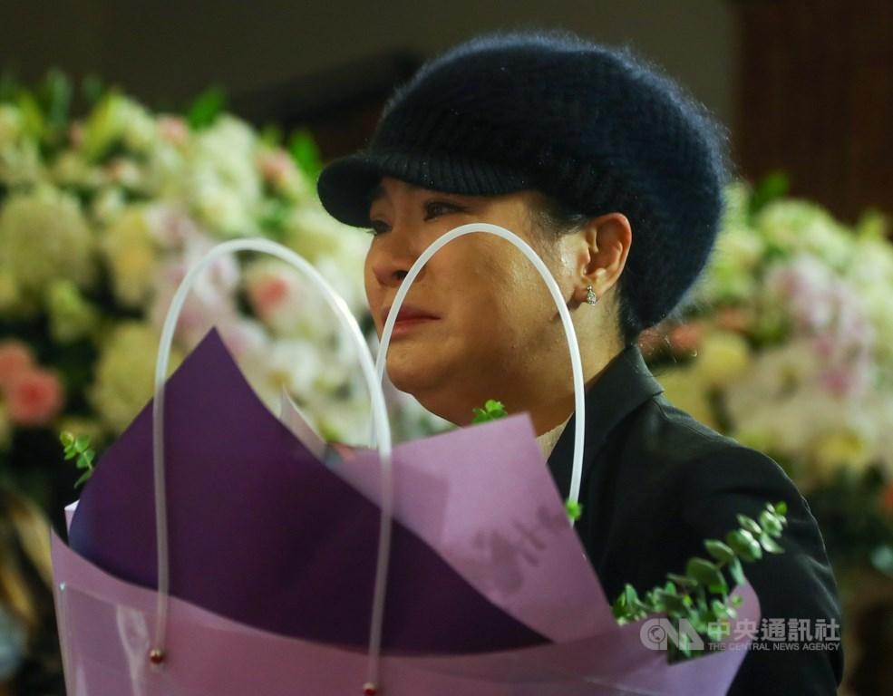 前總統李登輝辭世,總統府在台北賓館設置追思會場,民眾1日到場獻花致意,神情哀傷。中央社記者王騰毅攝 109年8月1日
