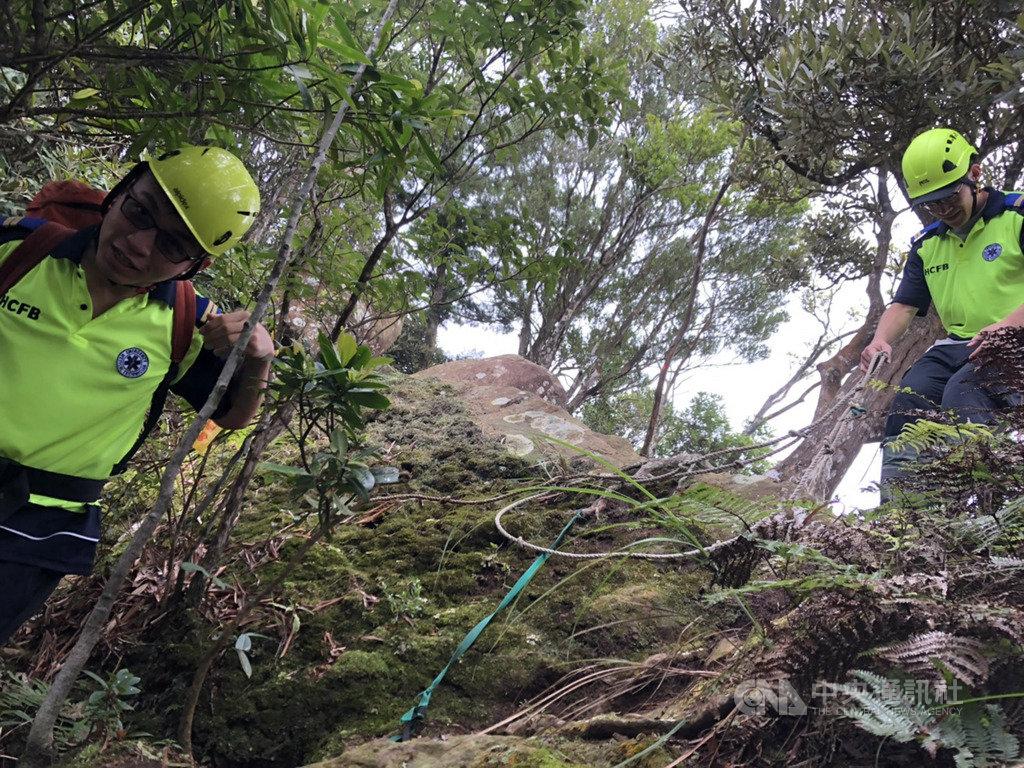 一名60歲婦人2日前往新竹縣尖石鄉攀登北得拉曼山途中,不慎失足滑落邊坡,多處受傷,無法行走,警消獲報前往搶救,以擔架搬運婦人下山,幸暫無生命危險。(翻攝畫面)中央社記者郭宣彣傳真 109年8月2日