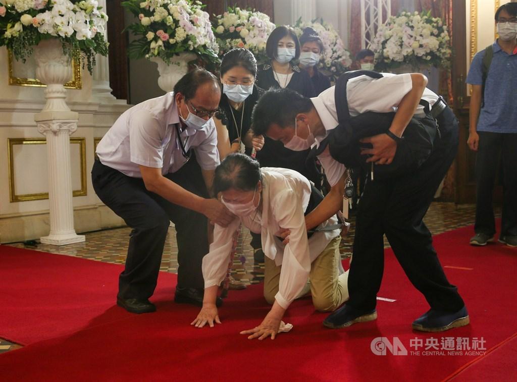 前總統李登輝日前辭世,總統府在台北賓館設置追思會場供各界悼念,2日持續開放,有民眾致意時忍不住激動情緒,一旁人員趕緊上前攙扶。中央社記者謝佳璋攝 109年8月2日