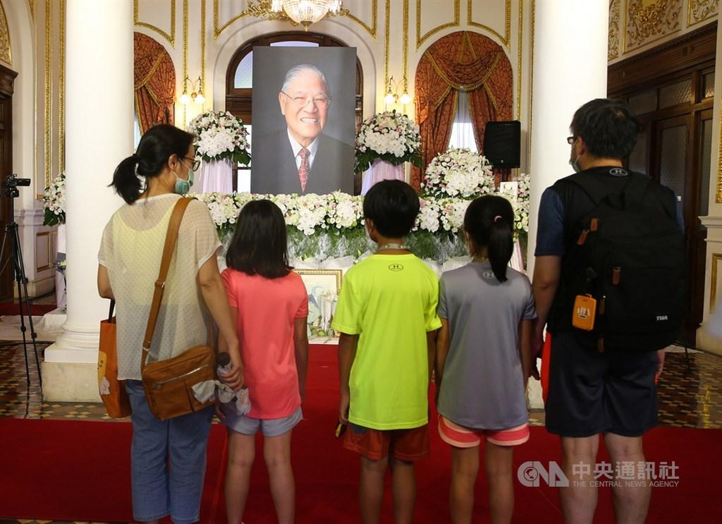 前總統李登輝日前辭世,總統府在台北賓館設置追思會場供各界悼念,2日持續開放,許多民眾到場致意。中央社記者謝佳璋攝 109年8月2日