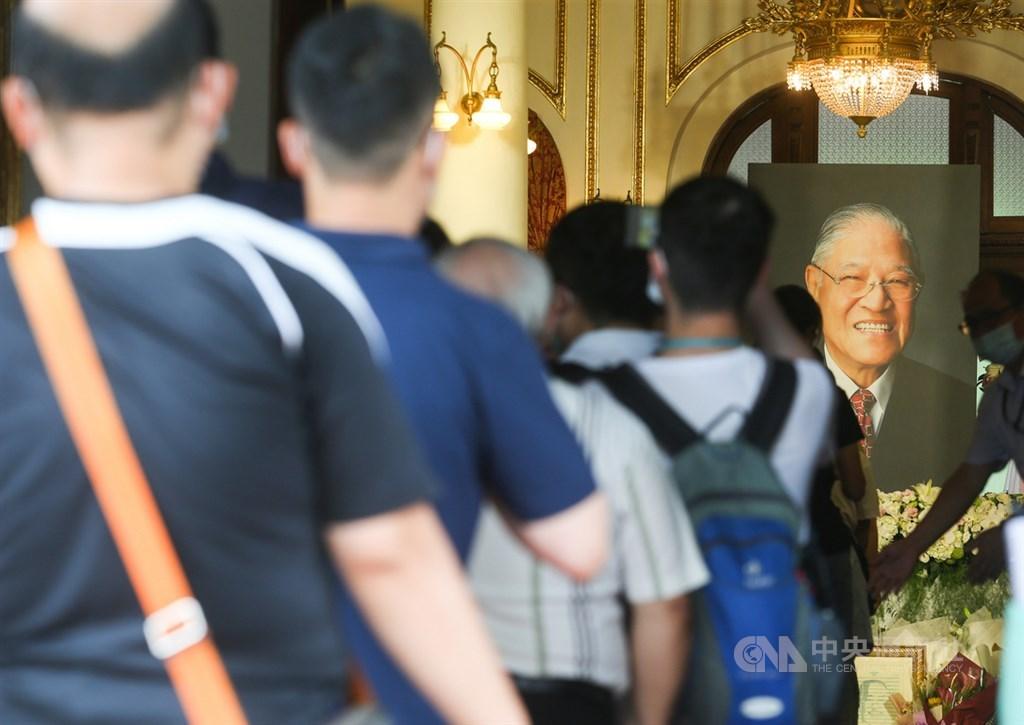 前總統李登輝日前辭世,設置於台北賓館的追思會場2日開放各界悼念,民眾依序排隊入場致意。中央社記者謝佳璋攝 109年8月2日