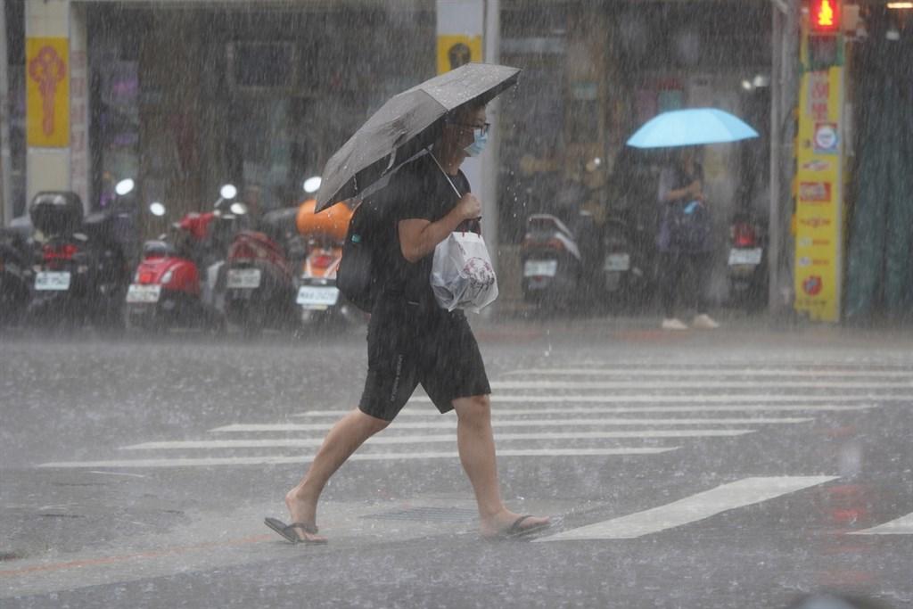 中央氣象局2日針對8縣市發出大雨特報,提醒民眾注意瞬間大雨。(中央社檔案照片)