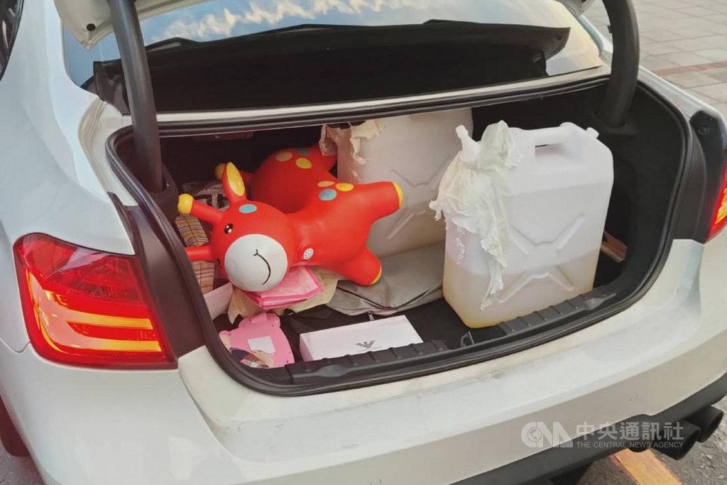 台南市六甲區一處平房民宅2日凌晨起火,造成82歲屋主受傷送醫。警方隨後找到涉嫌縱火的傷者孫子到案,並在他車上找到汽油桶。(讀者提供)中央社記者楊思瑞台南傳真 109年8月2日