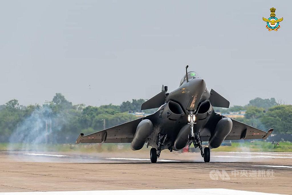 印度採購的36架飆風戰機首批5架,從法國飛行近7000公里,於7月29日抵達印度安巴拉(Ambala)空軍基地。圖為其中一架飆風戰機剛降落安巴拉基地。(印度空軍提供)中央社記者康世人新德里傳真 109年8月2日