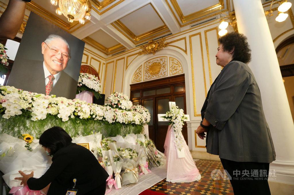 前總統李登輝辭世,設於台北賓館的追思會場開放悼念,監察院長陳菊(右)2日前往會場表達哀悼之意。中央社記者謝佳璋攝 109年8月2日