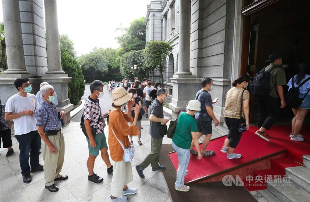 前總統李登輝日前辭世,總統府在台北賓館設置追思會場供民眾悼念,2日大批民眾在會場外排隊,準備入場致意。中央社記者謝佳璋攝 109年8月2日
