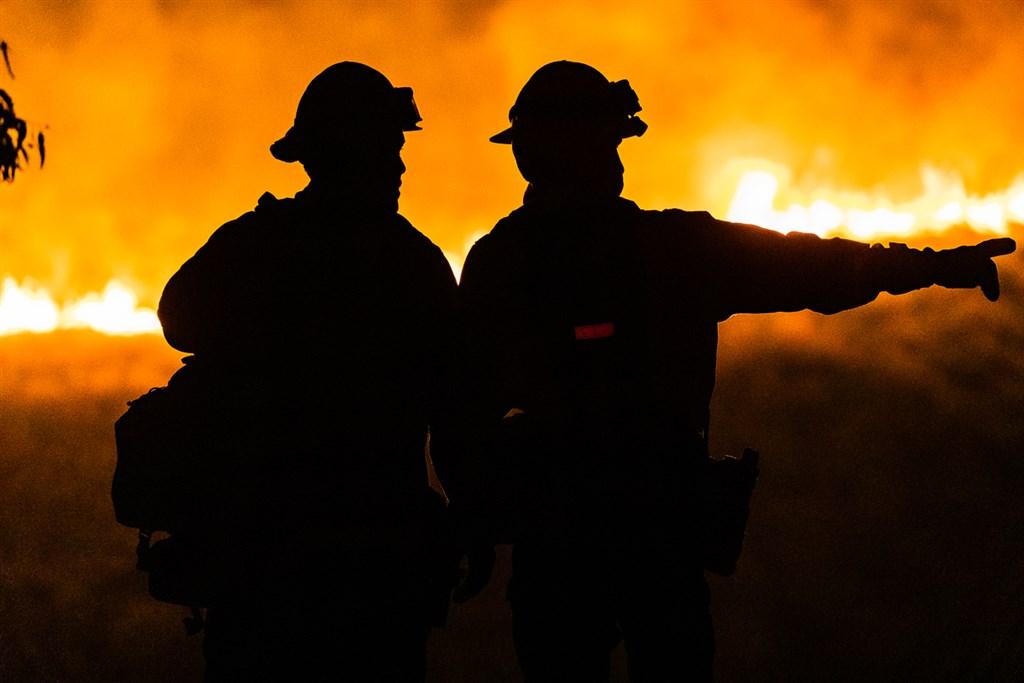 美國南加州河濱郡消防局表示,郡內7月31日爆發野火後不受控地迅速蔓延,截至1日晚間已延燒超過4000英畝。(圖取自twitter.com/CALFIRERRU)