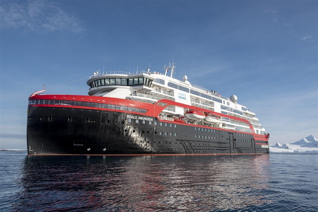 挪威「阿蒙森號」郵輪爆發群聚感染,有36名船組員接受武漢肺炎檢測呈現陽性。(圖取自facebook.com/msroaldamundsen)