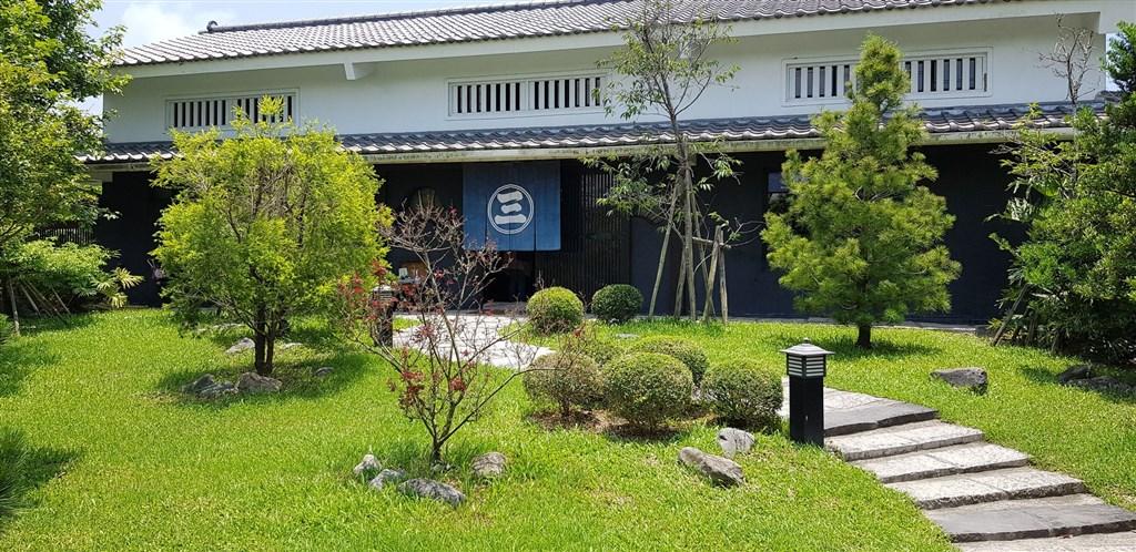 「三平咖啡」外觀為日式江戶庭園式的建築,離潮州車站約2公里,但卻是鎮上近幾年最熱門的景點。(中央社記者鄭景雯攝)