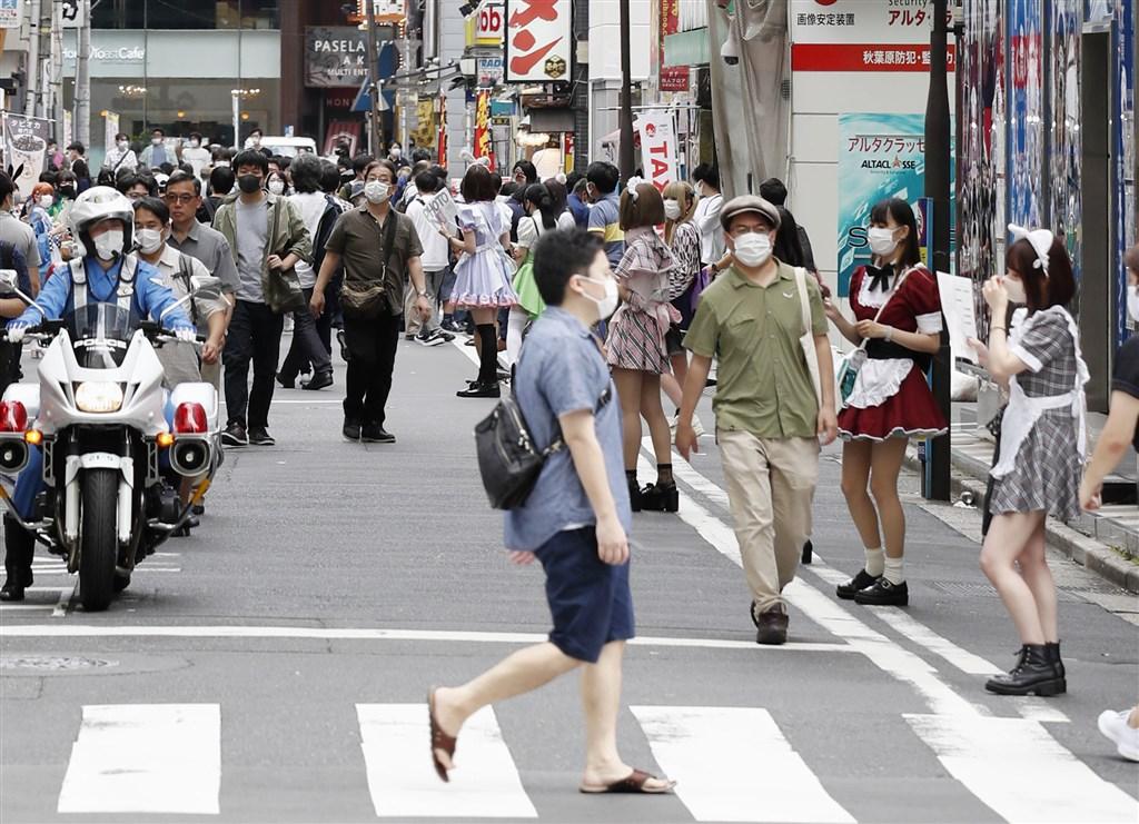 日本37都道府縣及機場檢疫1日合計1536人確診武漢肺炎,連續4日破1000例。圖為東京秋葉原民眾戴口罩防疫。(共同社)