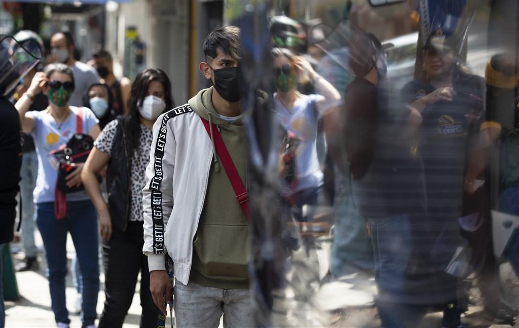 墨西哥1日新增超過9000人確診武漢肺炎,再創歷史新高。圖為墨西哥市街頭民眾佩戴口罩。(美聯社)
