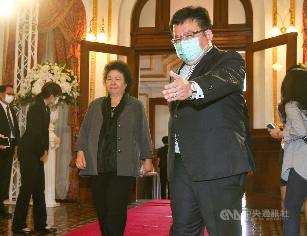 前總統李登輝辭世,設於台北賓館的追思會場開放悼念,監察院長陳菊(中)2日前往會場致意。中央社記者謝佳璋攝 109年8月2日