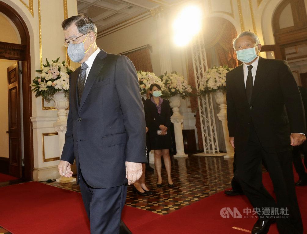 前總統李登輝辭世,總統府在台北賓館設置追思會場供民眾悼念;前副總統蕭萬長(左)3日上午前往會場致意。中央社記者張皓安攝 109年8月3日
