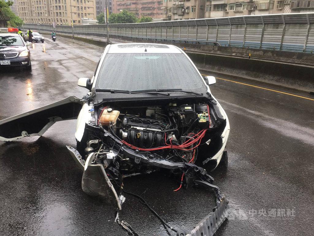 受到颱風哈格比影響,新北市新店一名男子疑因天雨路滑失控自撞山壁,所幸僅輕傷,但車輛車頭全毀。(翻攝照片) 中央社記者葉臻傳真 109年8月3日