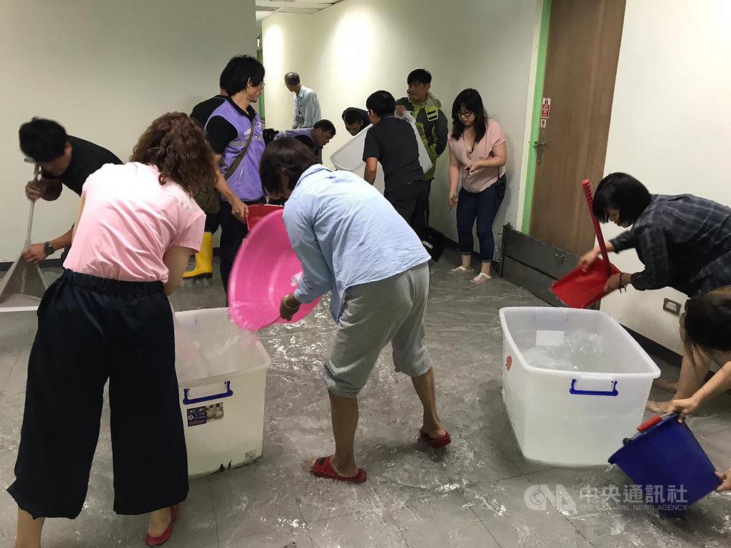受到颱風哈格比影響,兒童新樂園裡面的兒童劇場發生淹水情形,承租的如果兒童劇團服裝、道具及音響設備泡水。(如果兒童劇團提供)中央社記者趙靜瑜傳真 109年8月3日
