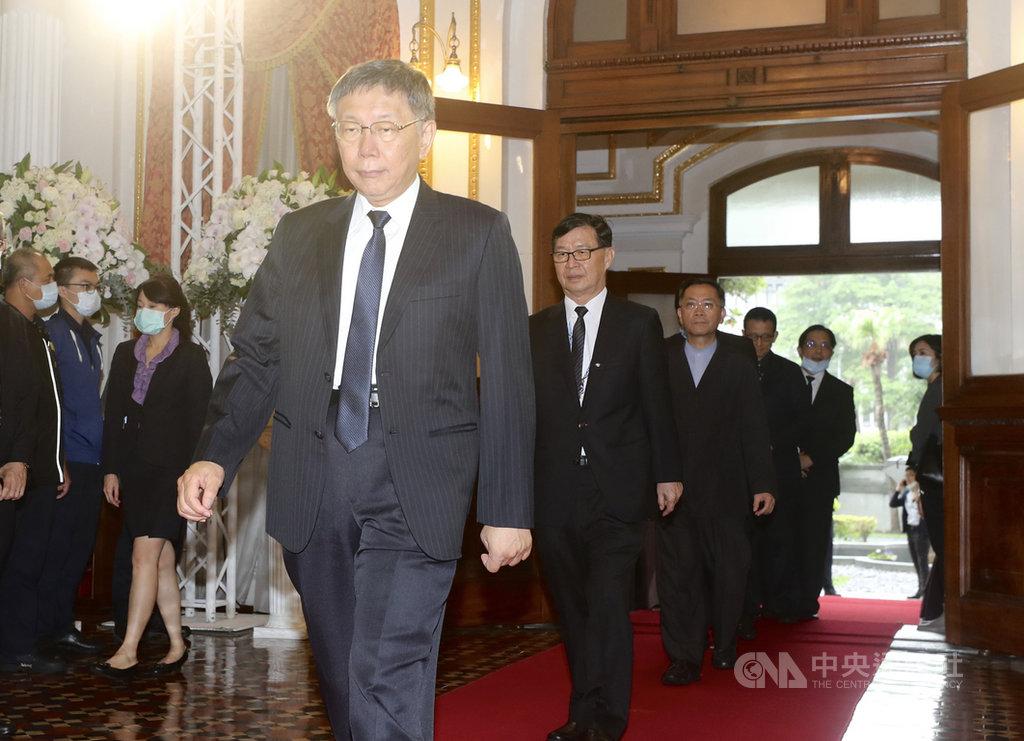 前總統李登輝辭世,台北市長柯文哲(前)3日上午到台北賓館追思會場致意,神情肅穆。中央社記者張皓安攝 109年8月3日