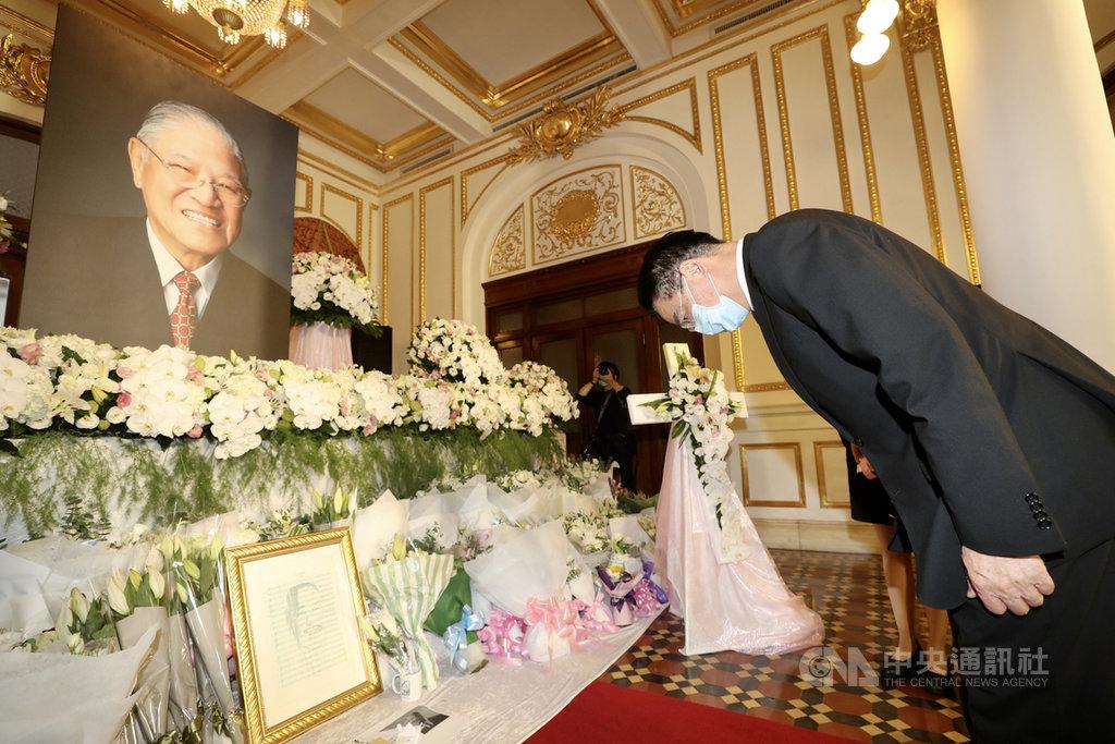 前總統李登輝辭世,台北賓館追思會場3日第3天開放,外交部長吳釗燮(右)上午前往會場致意。中央社記者張皓安攝 109年8月3日