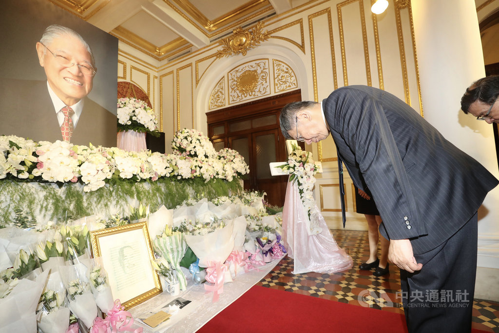 前總統李登輝辭世,台北市長柯文哲(右)3日上午前往台北賓館追思會場悼念李登輝,向李登輝鞠躬致意。中央社記者張皓安攝 109年8月3日