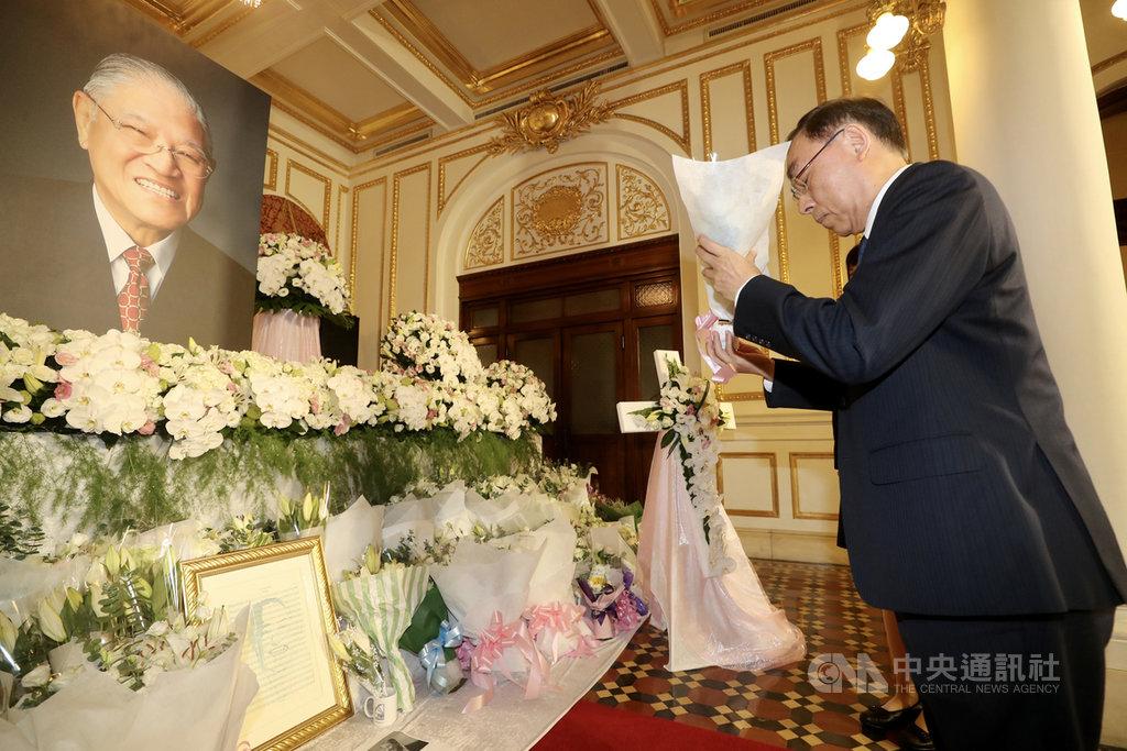 前總統李登輝辭世,法務部長蔡清祥(右)3日上午前往台北賓館追思會場獻花致意。中央社記者張皓安攝 109年8月3日