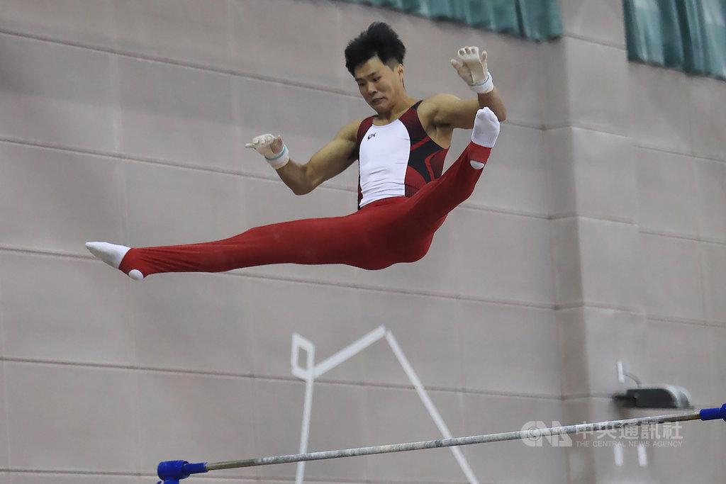 模擬東京奧運對抗賽3日上午進行競技體操,台灣體操名將唐嘉鴻(圖)在自己的強項單槓項目出賽。中央社記者吳家昇攝 109年8月3日