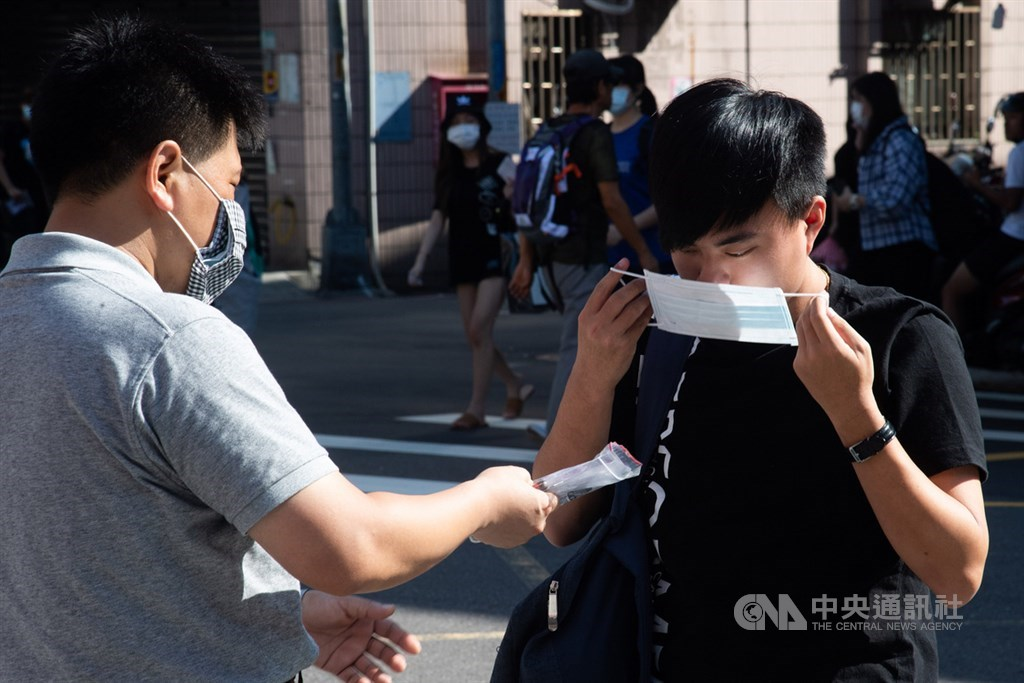 台南市長黃偉哲表示,台南市將重新要求無法保持社交距離的室內場所需戴口罩,4日起進入2週宣導期。(中央社檔案照片)