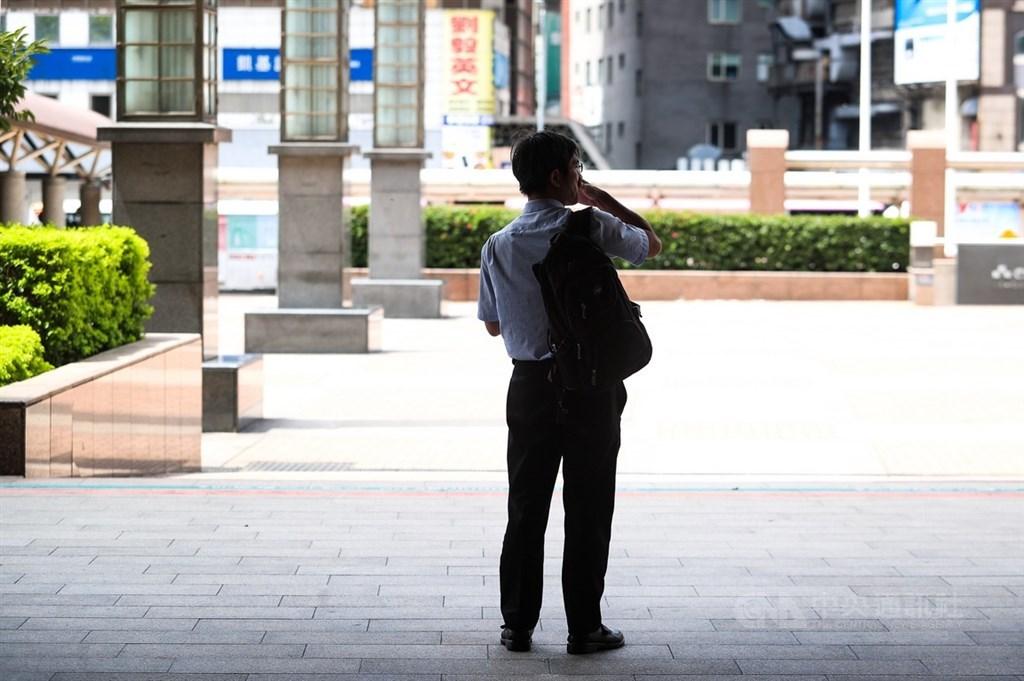 勞動部10日公布最新減班休息(無薪假)統計,這期實施人數為1萬9458人,較上期減少7627人。(示意圖/中央社檔案照片)