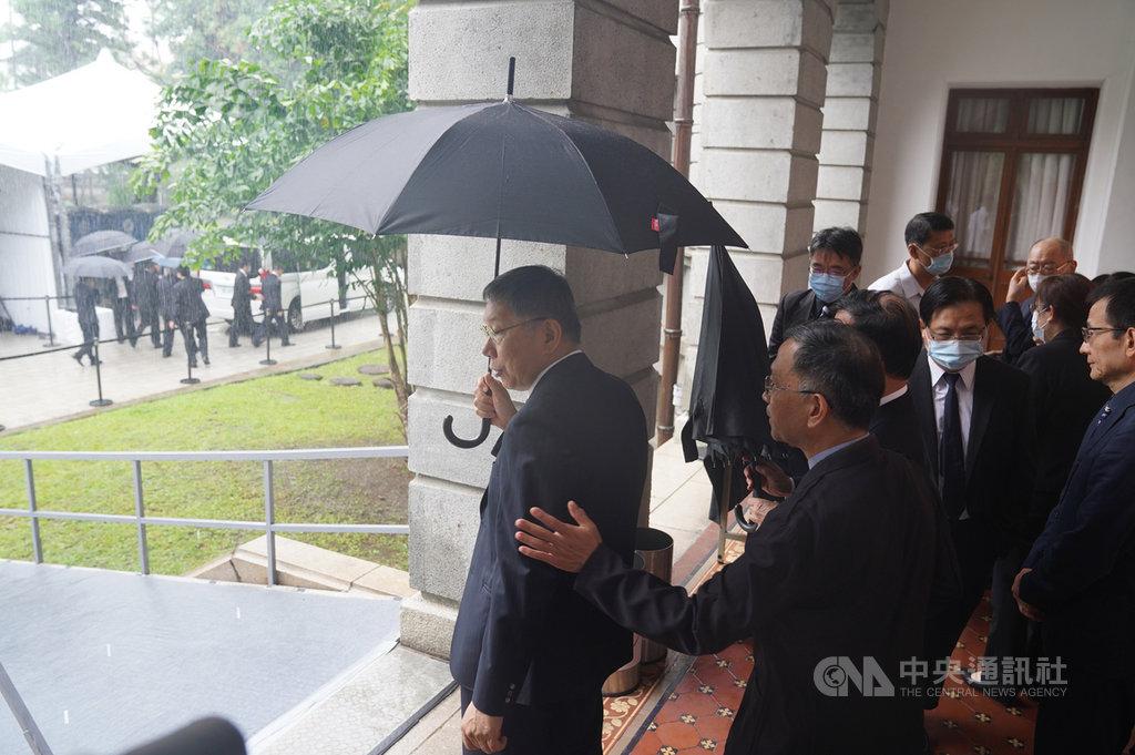 前總統李登輝辭世,台北賓館追思會場3日第3天開放,台北市長柯文哲(左)上午到場悼念李登輝,並在相關人員引導下離開會場。中央社記者徐肇昌攝 109年8月3日