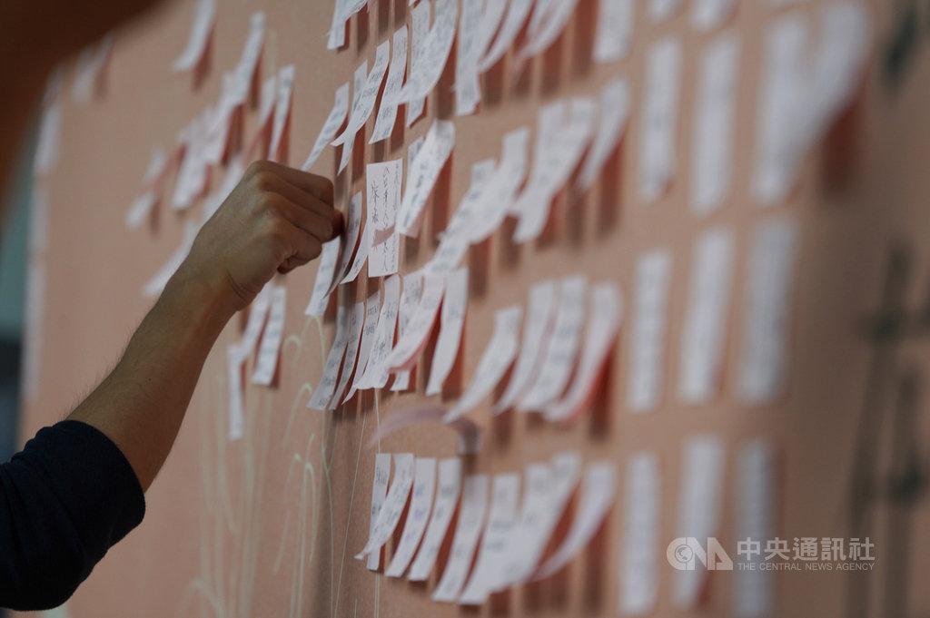 前總統李登輝辭世,台北賓館追思會場3日持續開放,不少民眾前往會場致意,將對李前總統的思念化作留言,貼在追思牆上。中央社記者徐肇昌攝 109年8月3日